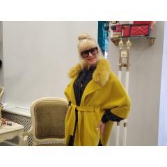 Желтое пальто с опушкой